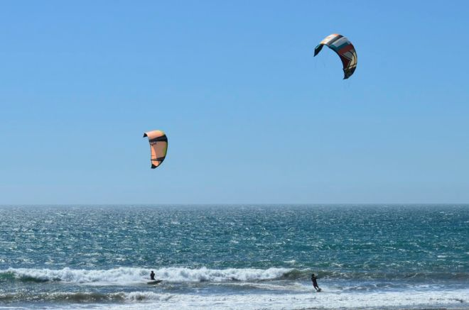 Dos wind surfers
